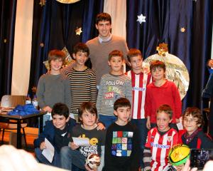 Andoni Iraola visita el Colegio San Vicente de Paúl