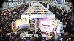 Sortzaile eta publikoaren arteko harreman zuzenak sustatzen ditu Durangoko Azokak