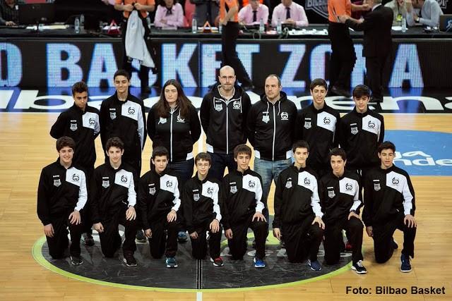 Un técnico y un jugador infantil del Paúles participan en la Mini Copa de la ACB