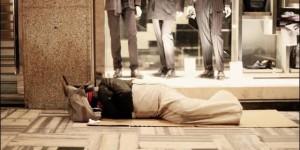 El Papa repartió sacos de dormir entre los sintecho durante el Vía Crucis