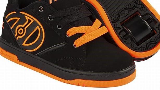 Los podólogos piden a los colegios prohibir las zapatillas con ruedines